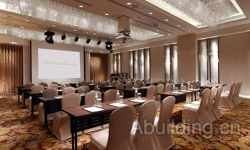 宴会厅的设计以中式风格为设计延伸,在挑高的落地窗与大门上镶着牡丹